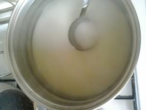 砂糖を熱湯で溶かす